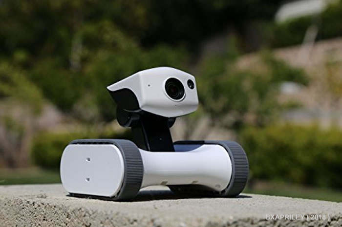 Robot con telecamera per sorvegliare la casa